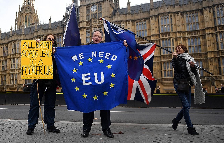<em>Brexit</em>-aren kontrako ekintzaile talde bat Komunen Ganberaren eraikinaren aurrean, ostegunean. &copy;ANDY RAIN / EFE