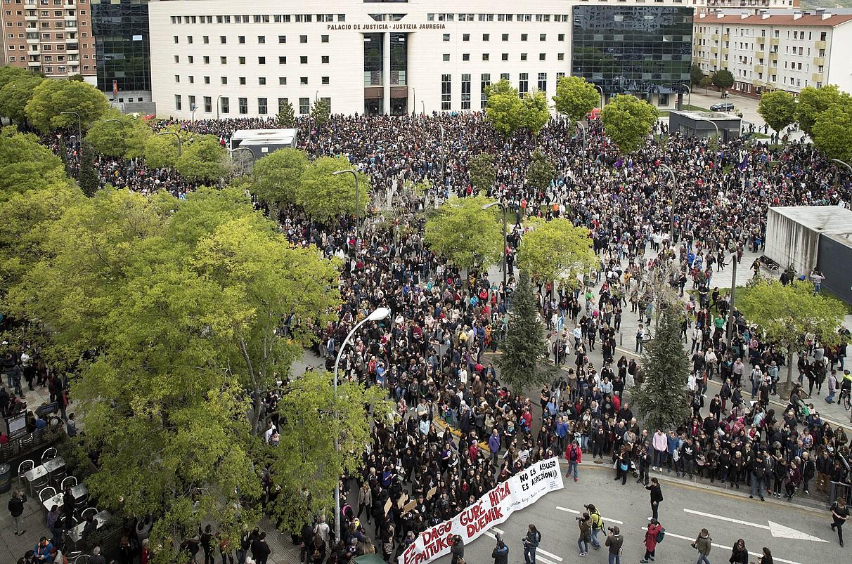 Probintzia Auzitegiaren apirileko epaiaren ostean, jendetza bildu zen protestan. ©VILLAR LOPEZ / EFE