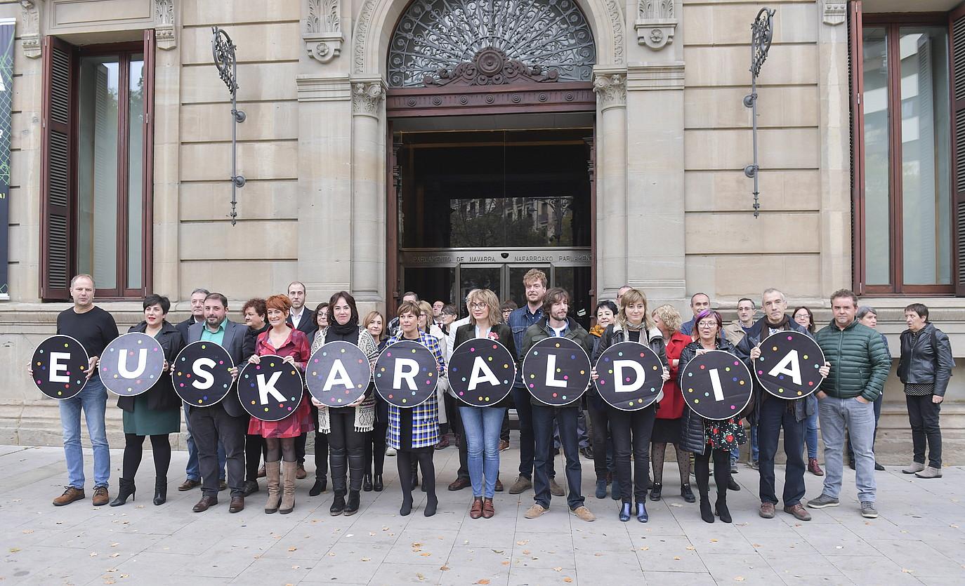 Nafarroako Parlamentuko eta gobernuko kideak, Euskaraldiari babesa agertzeko agerraldi batean.
