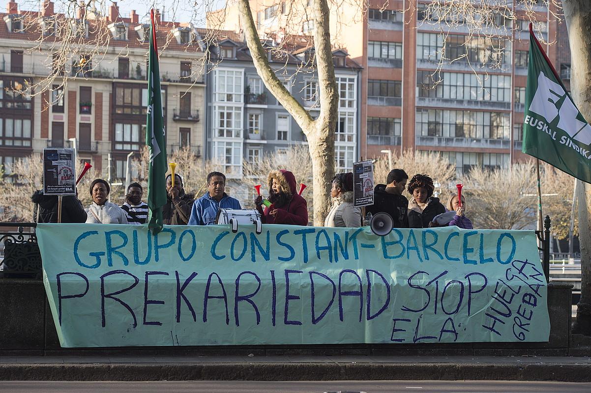 Bilboko Barcelo Nervion hoteleko garbitzaileak eraikinaren parean protesta egiten, atzo. ©MONIKA DEL VALLE / FOKU
