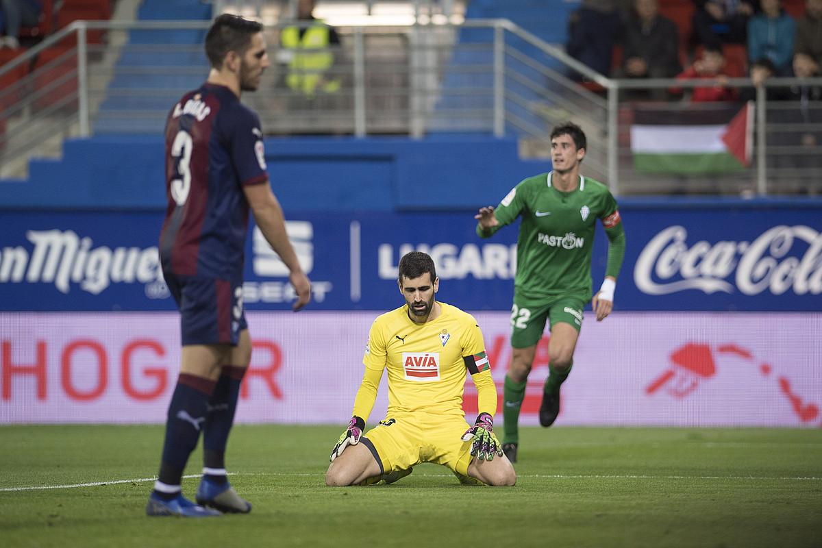 <b>Eibarreko Bigas eta Riesgo, burumakur, Sportingeko Pablo Perezek atzoko lehian sartu zuen gola ospatzen zuen bitartean.</b> &copy;JUAN CARLOS RUIZ / FOKU