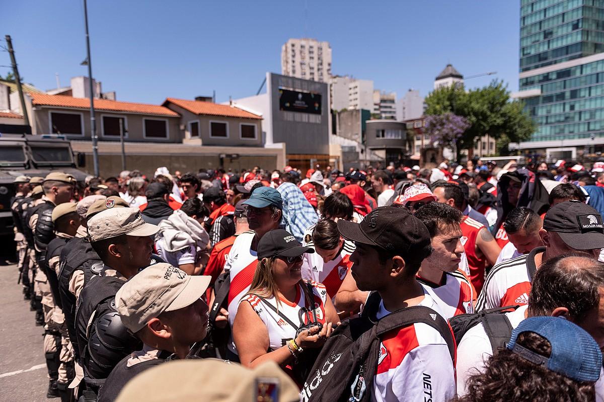 Argentinako polizia River Plateko zaleak zaintzen, Libertadores Kopako finalaren aurretik.