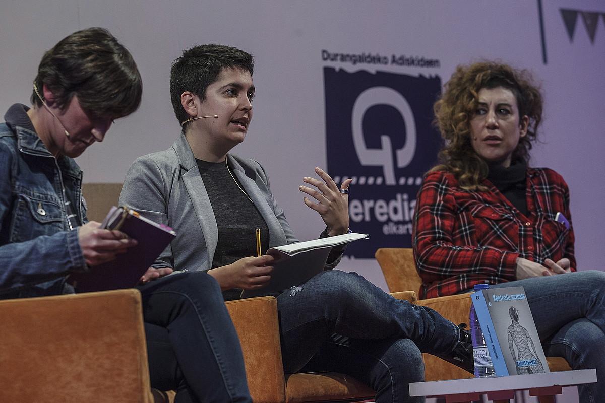 Lorea Agirrek, Maialen Berasategik eta Jule Goikoetxeak aurkeztu zuten liburua, atzo, Areto Nagusian.