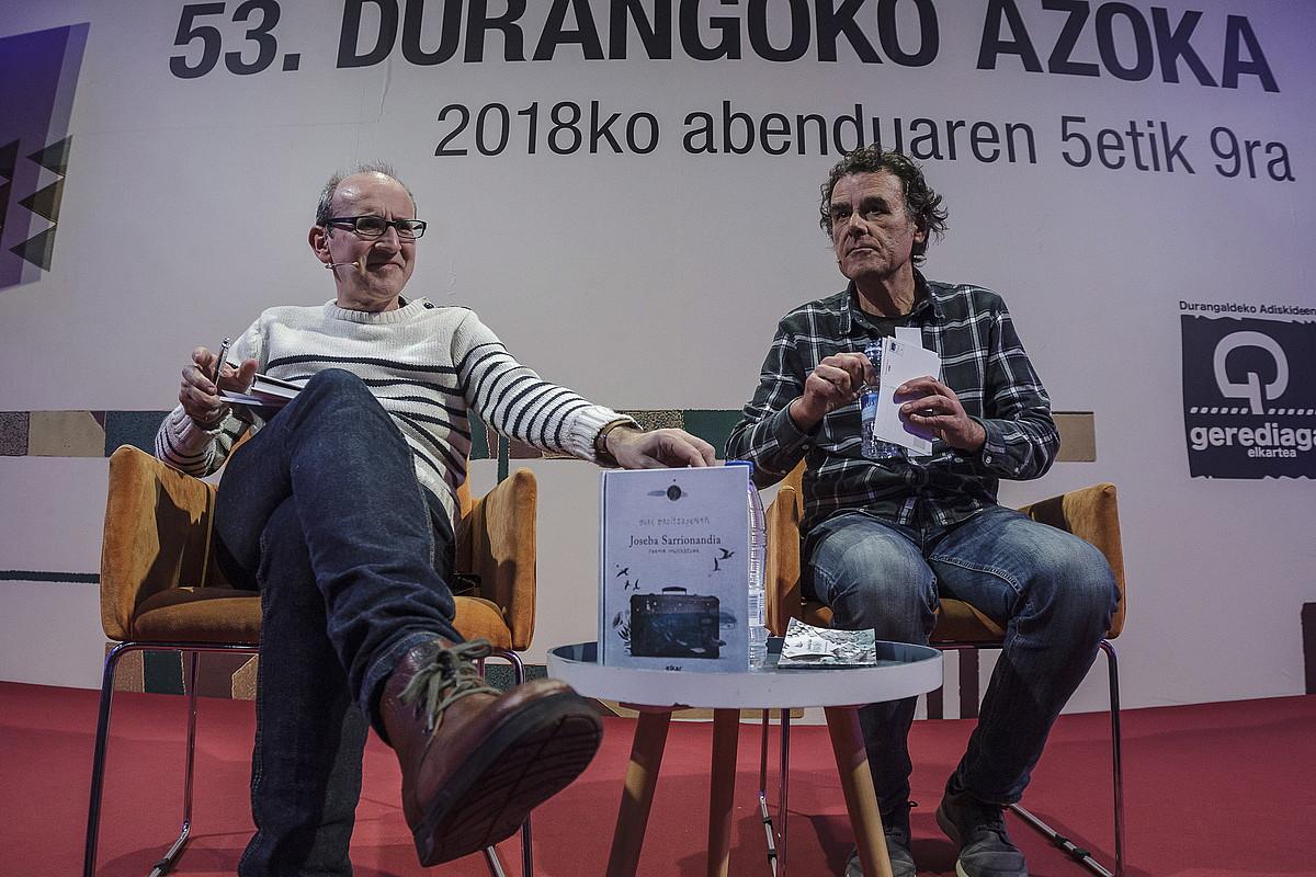 Xabier Mendiguren eta Angel Valdes Elkar argitaletxeko kideak, atzo, <em>Gure oroitzapenak</em> disko-liburuaren aurkezpenean.