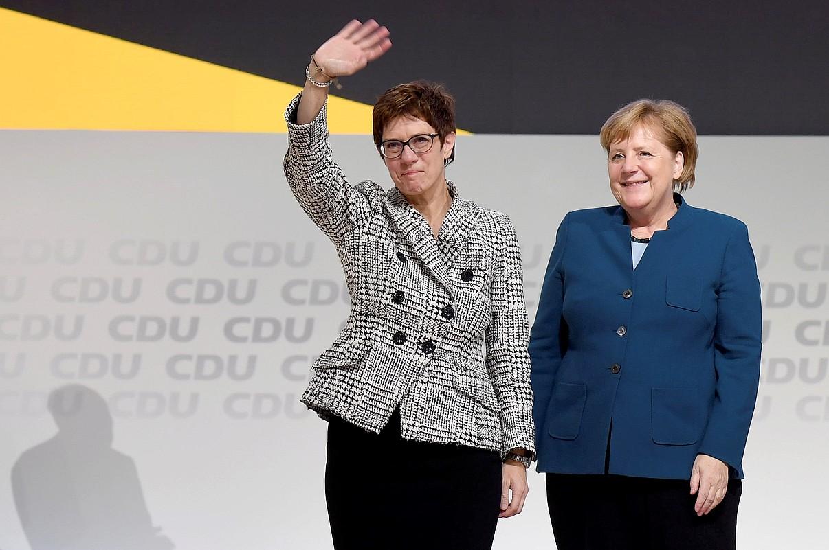 Annegret Kramp-Karrenbauer CDUko presidente hautatu berritan, atzo, Hanburgon. Ondoan du Angela Merkel Alemaniako kantzilerra. ©CLEMENS BILAN / EFE