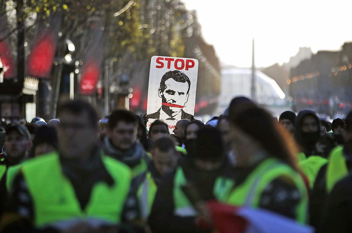 Emmanuel Macron presidentearen dimisioa eskatu zuten Jaka Horiekin bat egin zuten manifestari askok, atzo, Parisen.