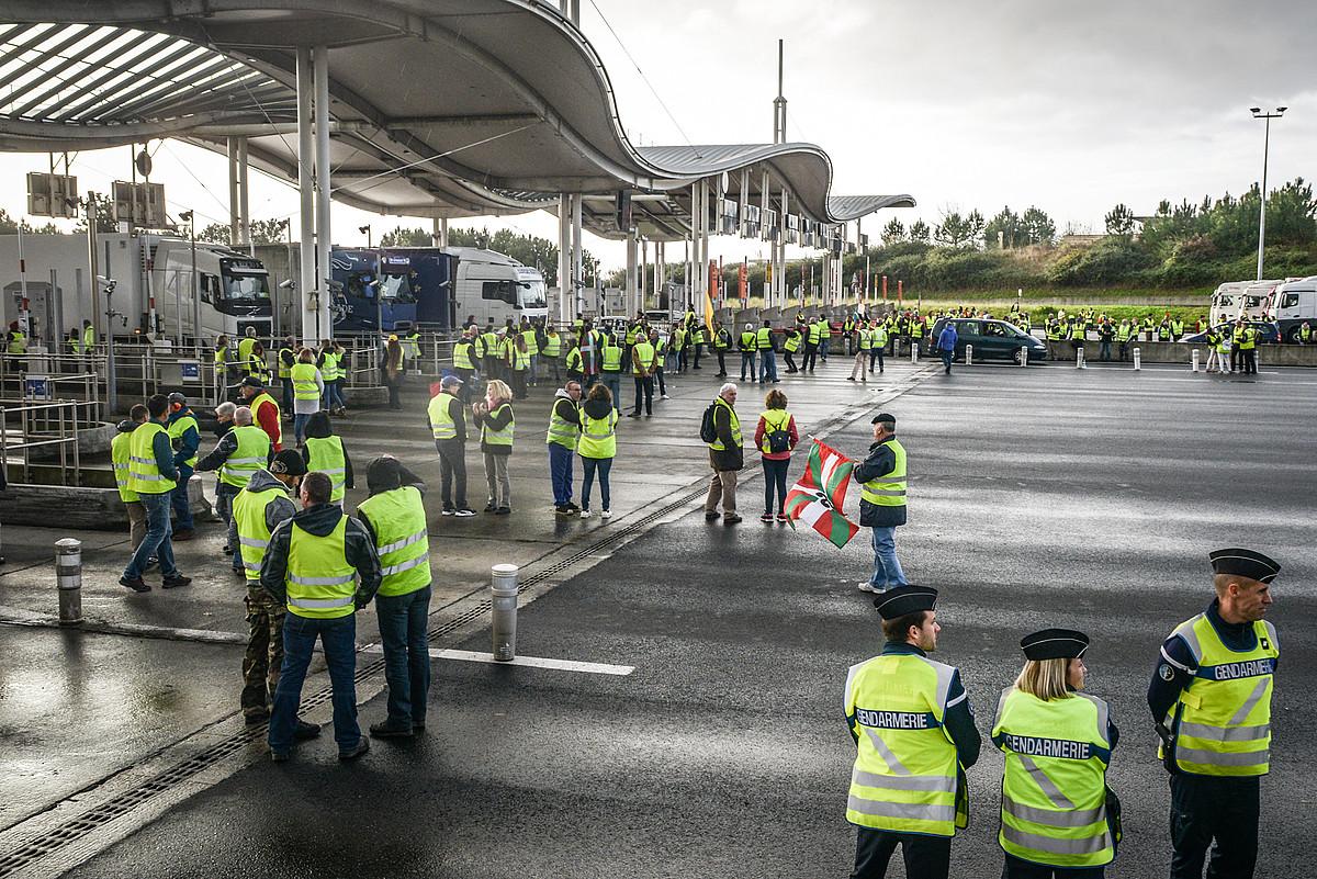 Kamioiak geldirik Miarritzeko ordainlekuan, atzo, Jaka Horien protestan. ©ISABELLE MIQUELESTORENA