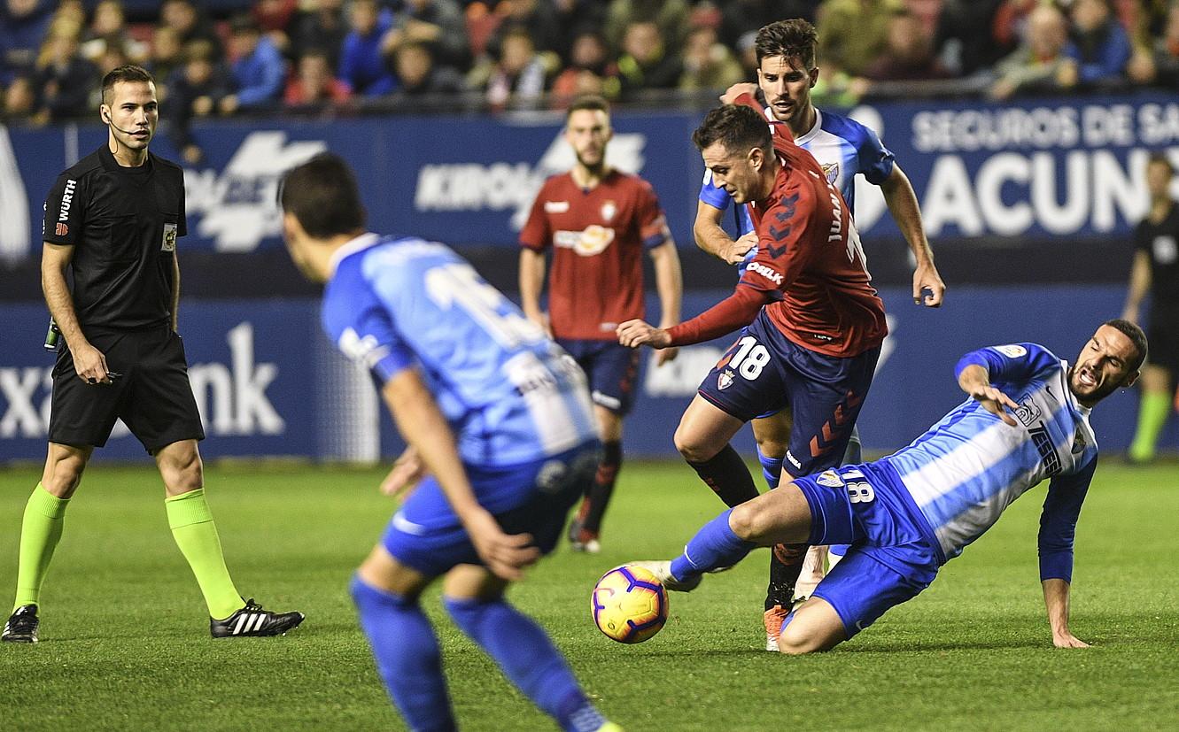 Juan Villar, baloi bat eraman nahirik, artxiboko irudi batean. ©J. MANTEROLA / ARP