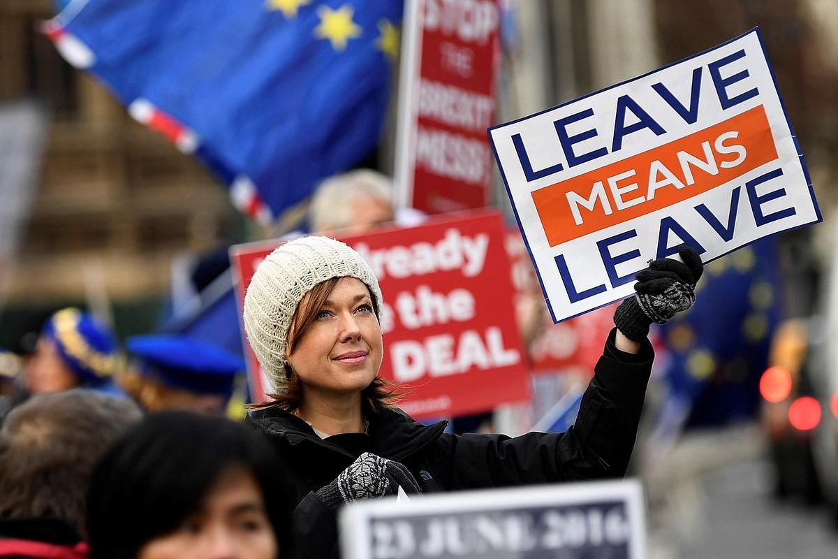 <em>Brexit</em>-aren aldeko manifestari bat <em>Joateak joatea esan nahi du</em> idatzia duen afixari eusten, atzo, Erresuma Batuko Parlamentuaren parean. &copy;WILL OLIVER / EFE
