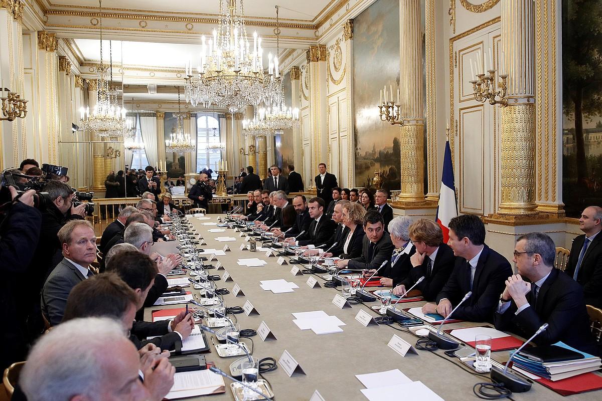 Emmanuel Macronen bilera, atzo, gobernuarekin, patronalarekin eta sindikatuekin, Parisen, Eliseo jauregian.
