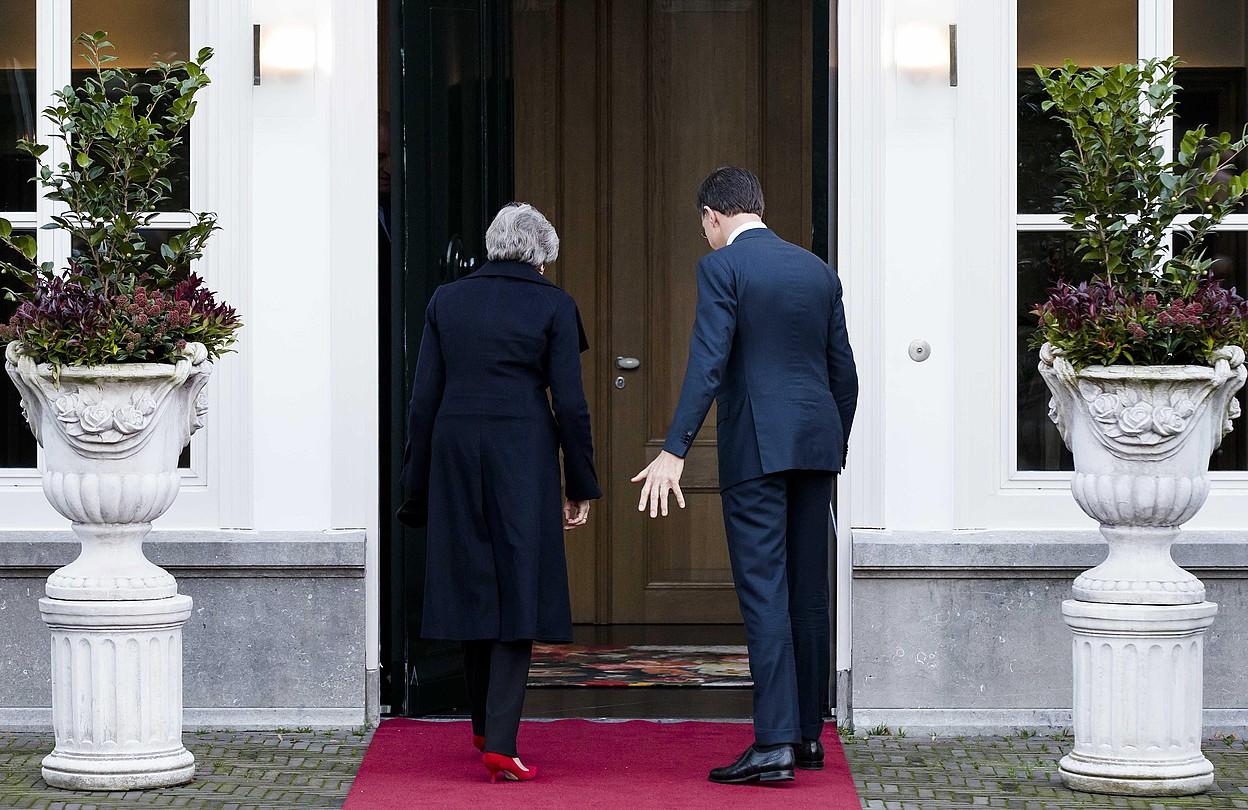 Theresa May eta Mark Rutte agintariak, atzo goizean, Hagan, Herbehereetan. ©BART MAAT / EFE