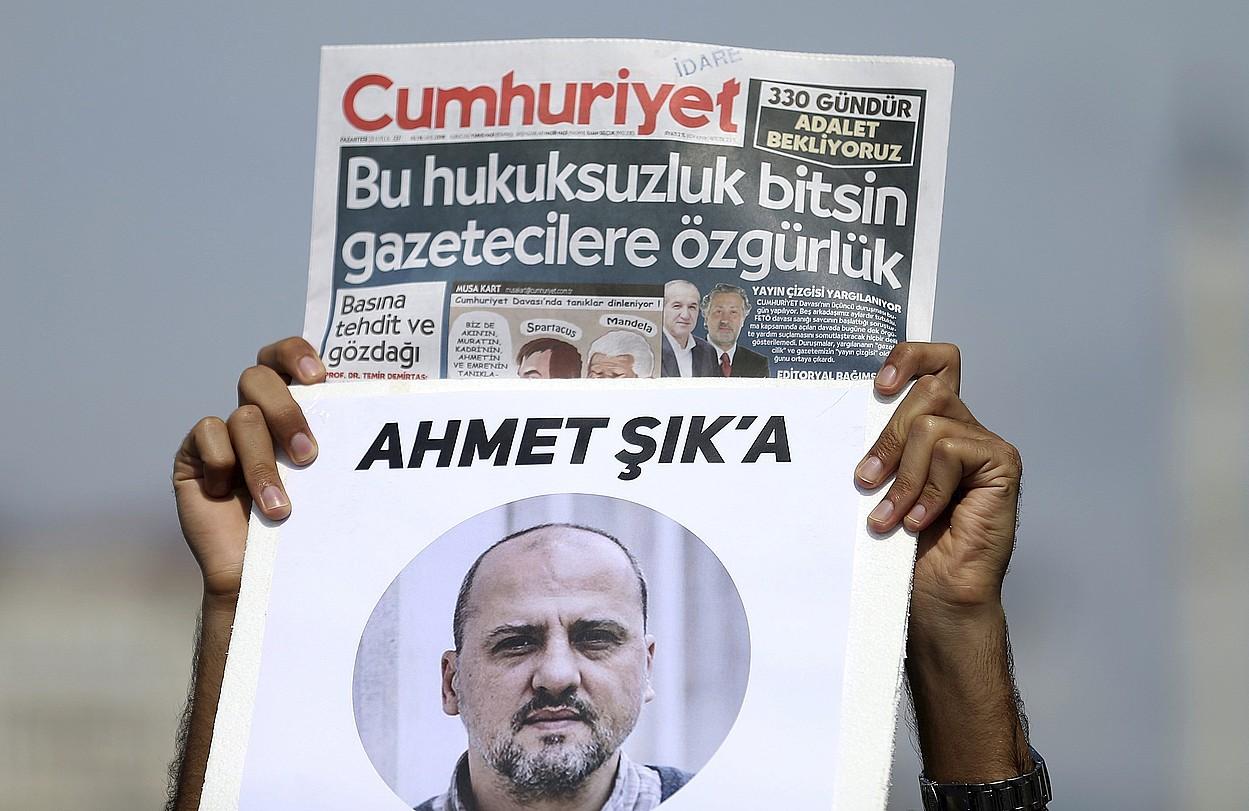 <em>Cumhuriyet</em> egunkariaren aurkako prozesu judizialaren kontrako protesta, iaz, Istanbulen. Ahmet Sik kazetaria espetxean zuten orduan. HDP koalizioko parlamentaria da gaur egun. ©ERDEM SAHIN / EFE