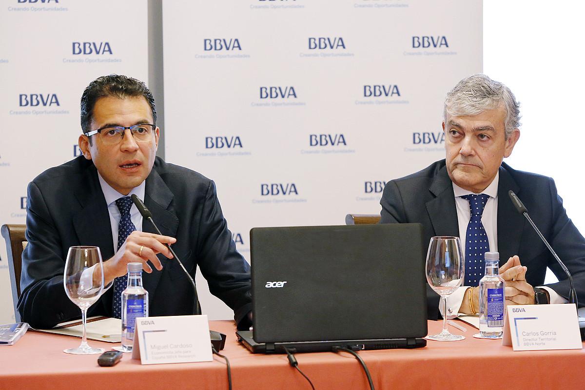 Miguel Cardoso BBVA Researcheko ekonomista burua eta Carlos Gorria BBVAren ipar eremuko zuzendaria, atzo. ©BBVA