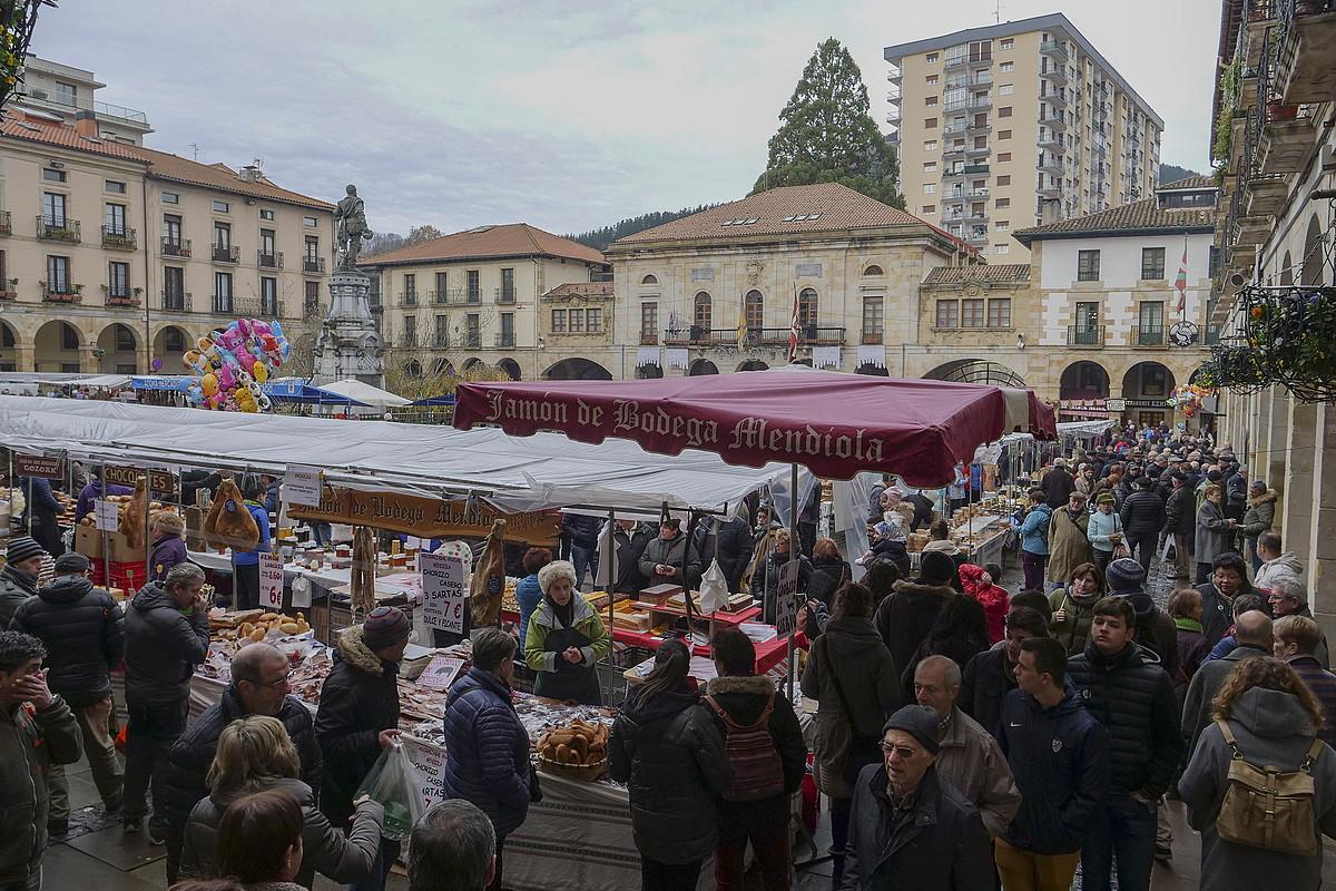 Zumarragako plazako azoka, iazko Santa Luzia egunean. ©ANDONI CANELLADA / FOKU