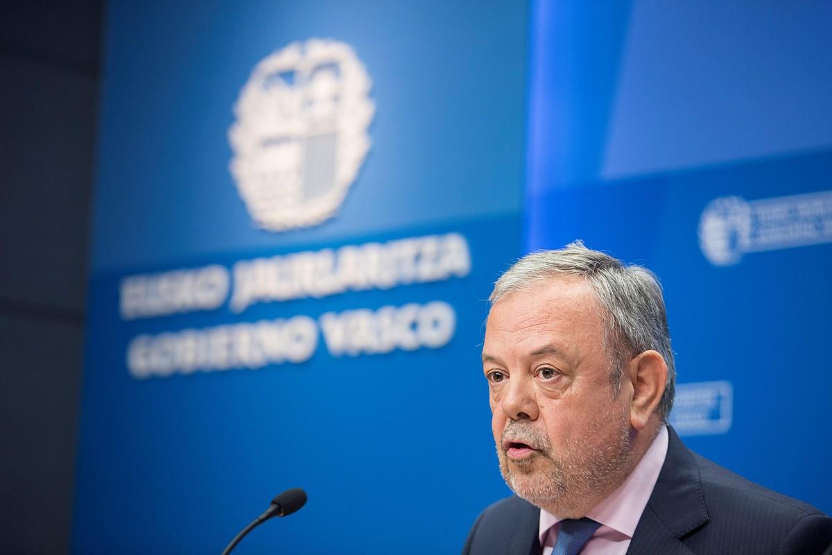 Pedro Azpiazu Ekonomia eta Ogasun saliburua, atzo eguerdian eginiko agerraldian.