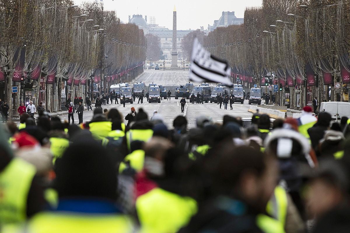 Jaka Horiak eta Frantziako Polizia, aurrez aurre atzo Parisen, Eliseoko Zelaietan. ©ETIENNE LAURENT / EFE