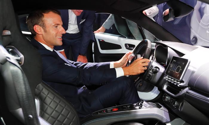 Emmanuel Macron Frantziako presidentea joan den urriaren 3an, Parisen, Autogintzako Nazioarteko Azokan. ©Ian Langsdon / Pool / EFE
