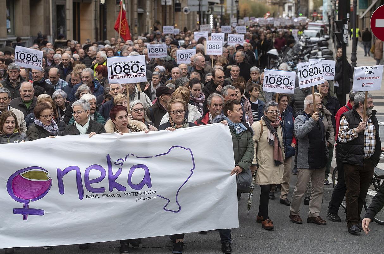 Milaka pertsonak egin zuten bat Donostian, atzo, pentsio duinen aldeko manifestaziorekin.