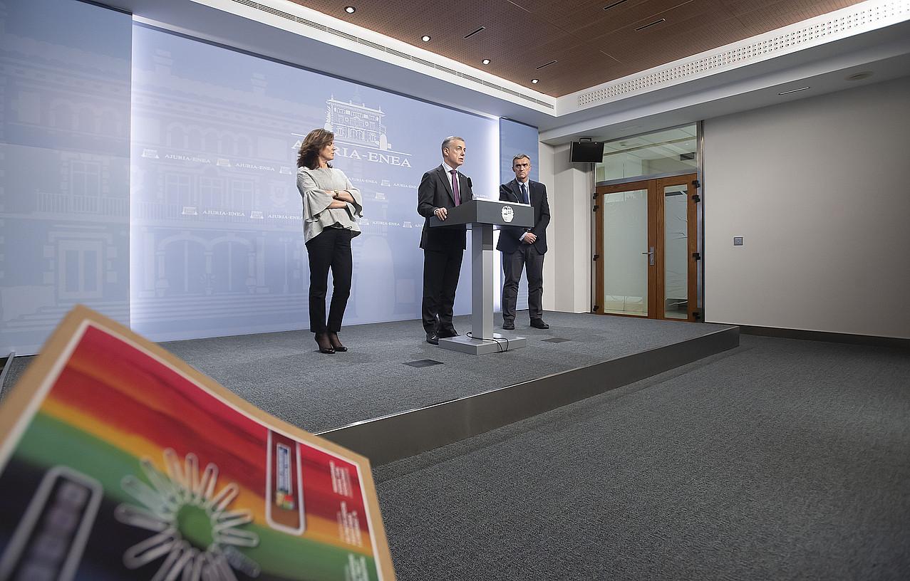Iñigo Urkullu, Beatriz Artolazabal eta Jonan Fernandez, atzo, itun proposamenaren aurkezpenean. ©IREKIA