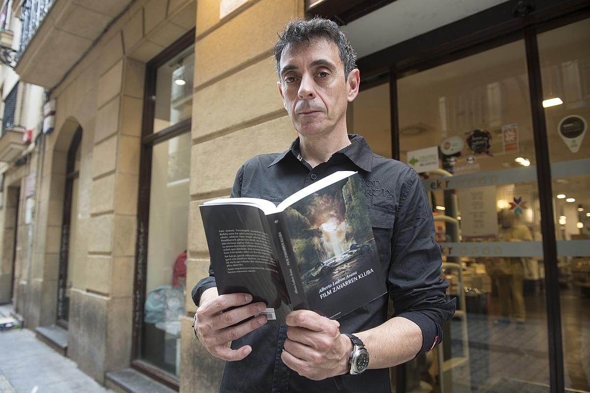 Alberto Ladron Arana <em>Film zaharren kluba</em> nobelaren aurkezpenean, Donostian. &copy;GORKA RUBIO / FOKU