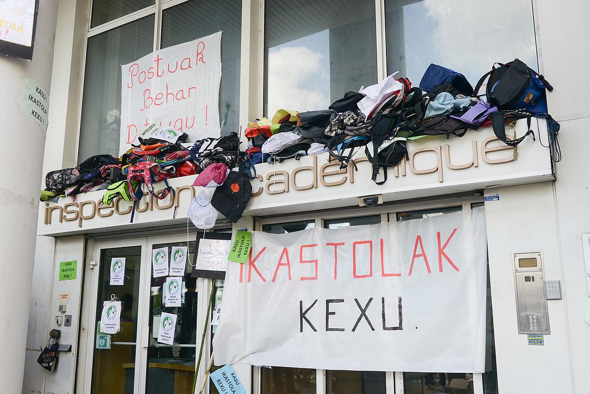Paueko akademia ikuskaritzan abuztuan egindako protesta. ©I. MIQUELESTORENA