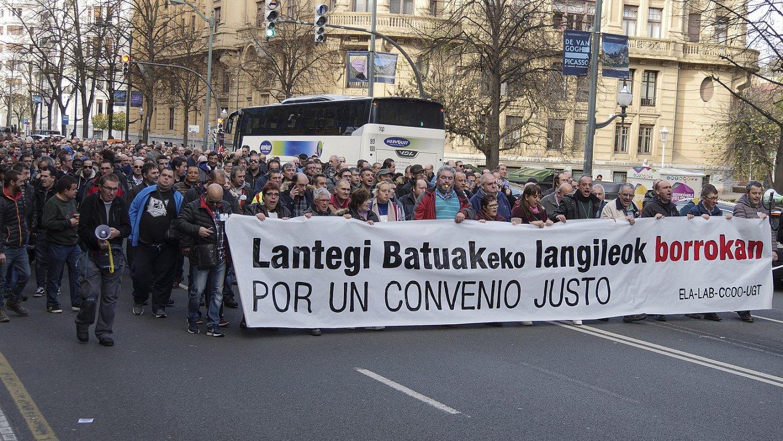 Lantegi Batuak fundazioko ehunka langilek manifestazioa egin zuten, atzo, Bilbon. ©MONIKA DEL VALLE / FOKU