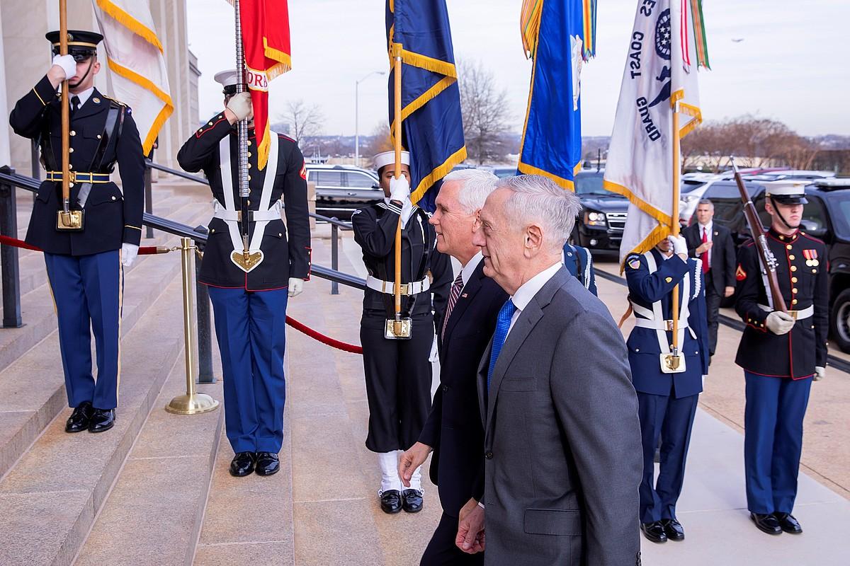 Mattis AEBetako Defentsa idazkaria eta Pence presidenteordea. ©E. S. LESSER / EFE