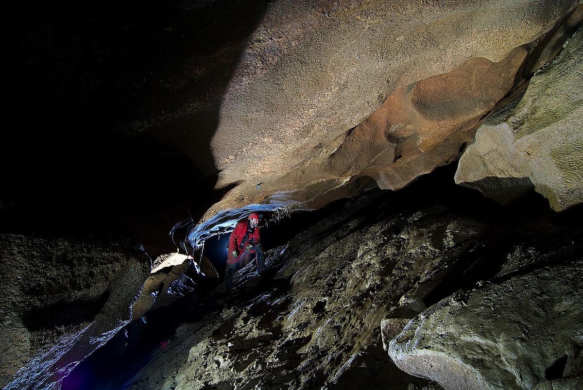 Ades taldeko espeleologo bat, urak estaltzen duen galeria zatian. ©ADES ESPELEOLOGIA TALDEA