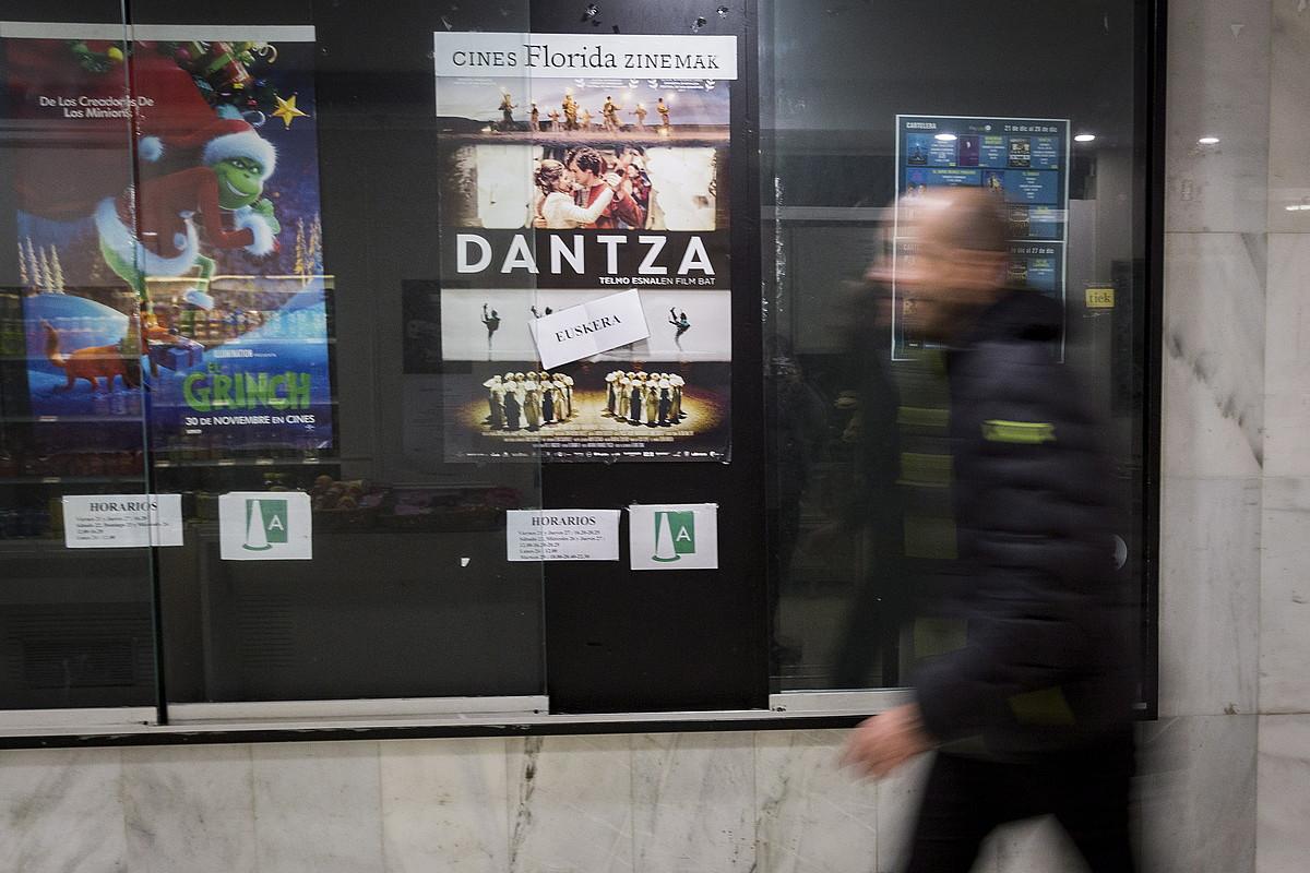 Ikusle bat, <em>Dantza</em> filmeko afixaren ondotik pasatzen. ©ENDIKA PORTILLO / FOKU