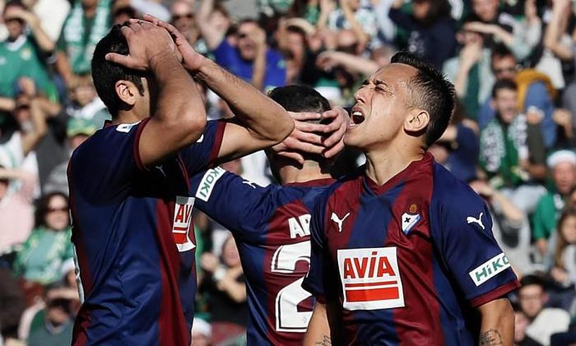Jose Angel eta Orellana, atsekabe keinuarekin, aukera garbi bat huts egin ondoren, atzoko partidan. ©JOSE MANUEL VIDAL / EFE