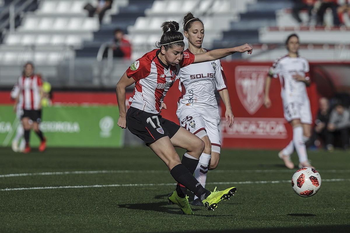 Lucia Garcia Athleticeko aurrelaria atera jaurtitzen, atzoko partidan. ©A. L./ FOKU