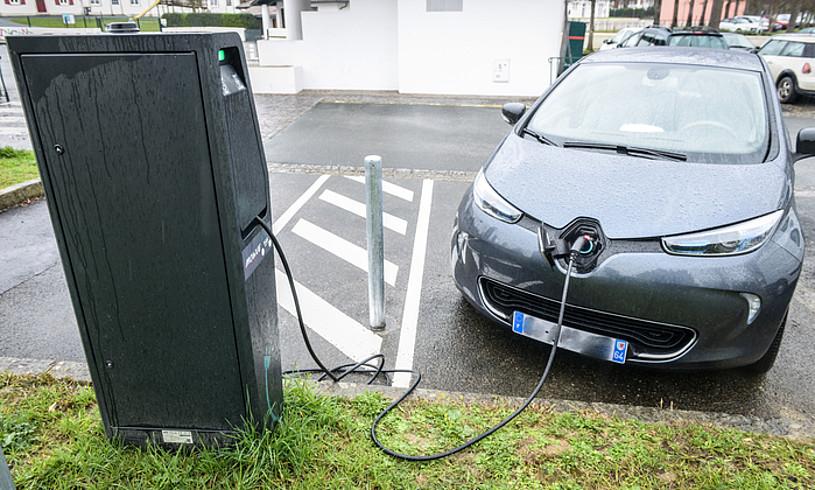 Auto elektriko bat, kargagune batean, Uztaritzen. ©ISABELLE MIQUELESTORENA / IPARLA