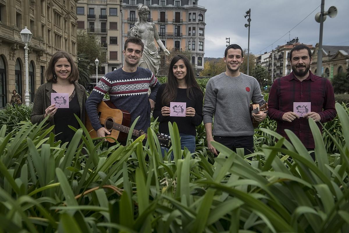 Olatz Cuevas, Alex Irazusta, Eider Saez, Markel Idigoras eta Jokin Gilisagasti, diskoaren aurkezpen egunean, Donostian. ©JON URBE / FOKU
