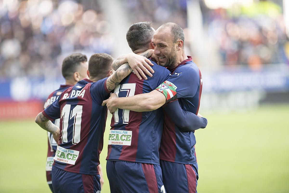 Eibarreko jokalariak, Real Madrili sartutako hiru goletako bat ospatzen. Lehen aldiz irabazi zioten Ipuruan.