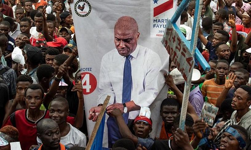 Gazte batzuk Fayuluren argazki batekin, hilaren 19an Kinshasan egindako kanpainako ekitaldi batean. ©S. KLEINOWITZ / EFE