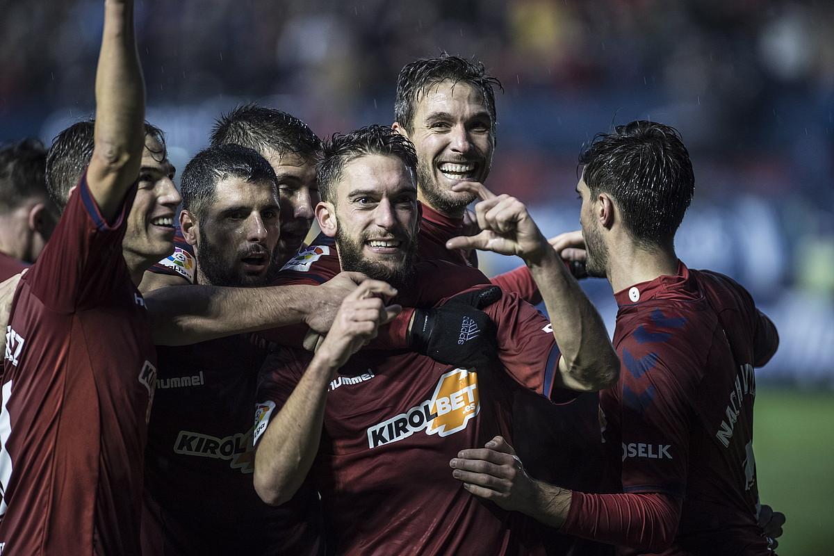 <b>Osasunak jokalariak, Alcorconi Sadarren sartutako gol bat ospatzen.</b>
