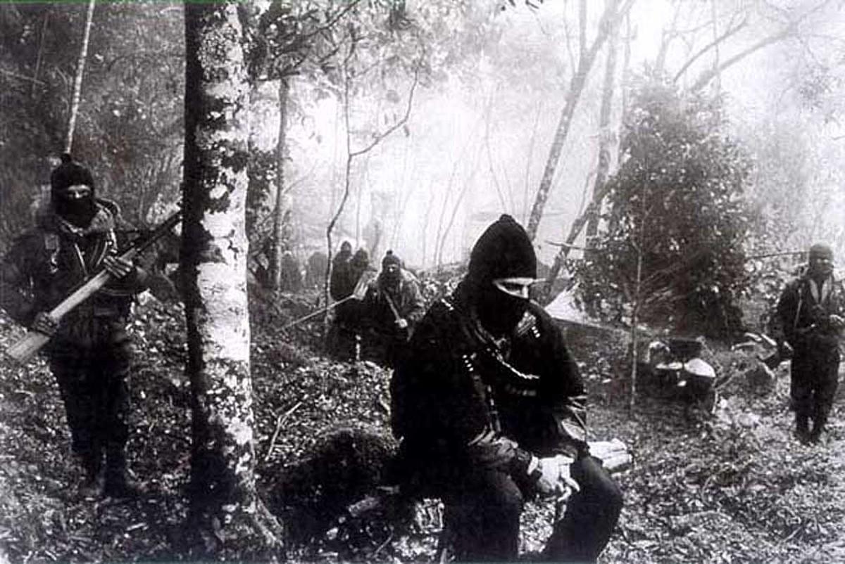 EZLN Askapen Nazionaleko Armada Zapatistako kideak, Marcos komandanteordea tartean, Lacandonako oihanean, Chiapasen.
