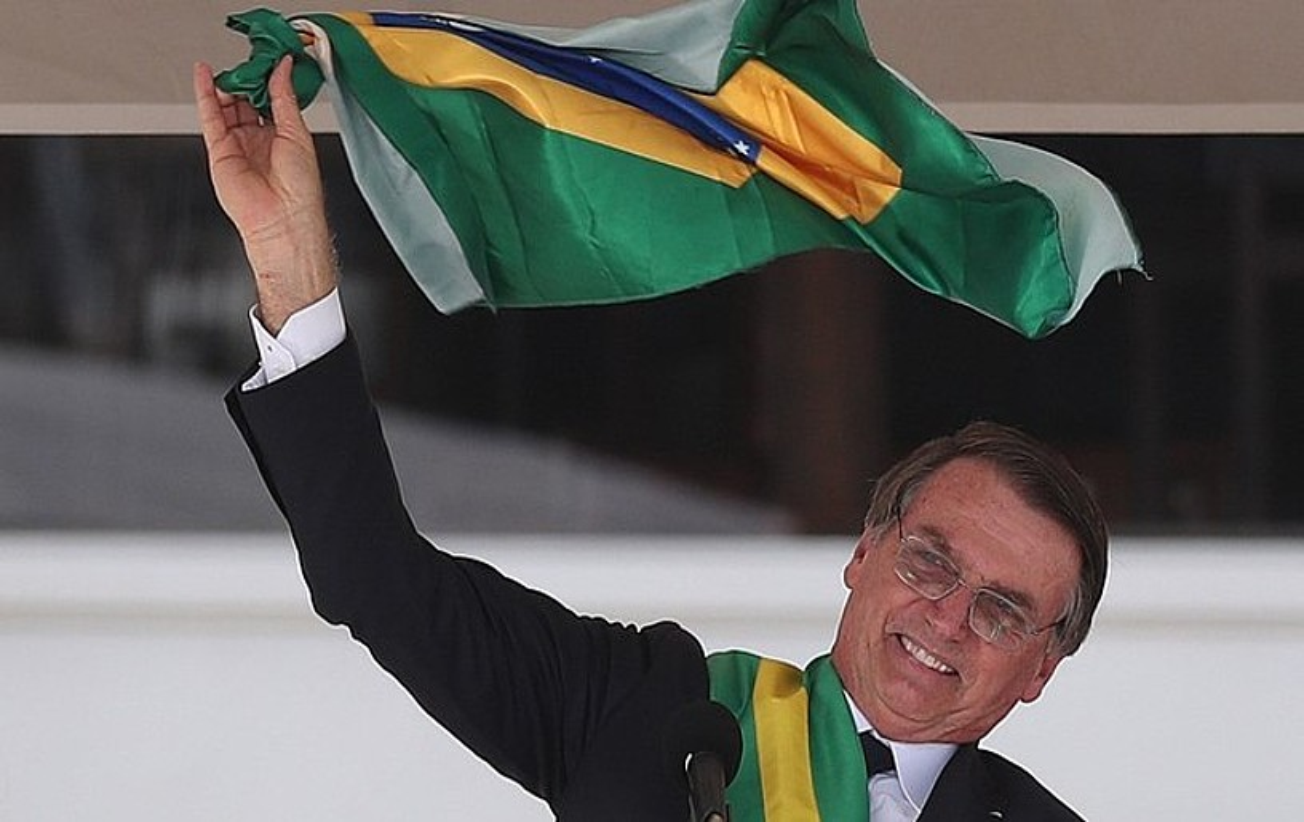 Jair Bolsonaro Brasilgo presidente berria, atzo, Planaltoko jauregiaren aurrean bildutako herritarren aurrean Brasilgo bandera bat astintzen. ©MARCELO SAY�O / EFE