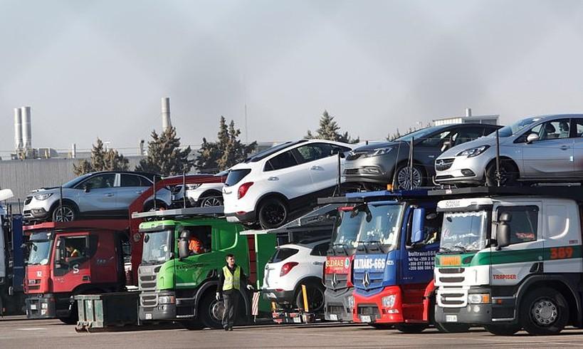 Opelen modeloak banaketa kamioien gainean, Opelen Figueruelasko fabrikan, Espainian. ©JAVIER BELVER / EFE