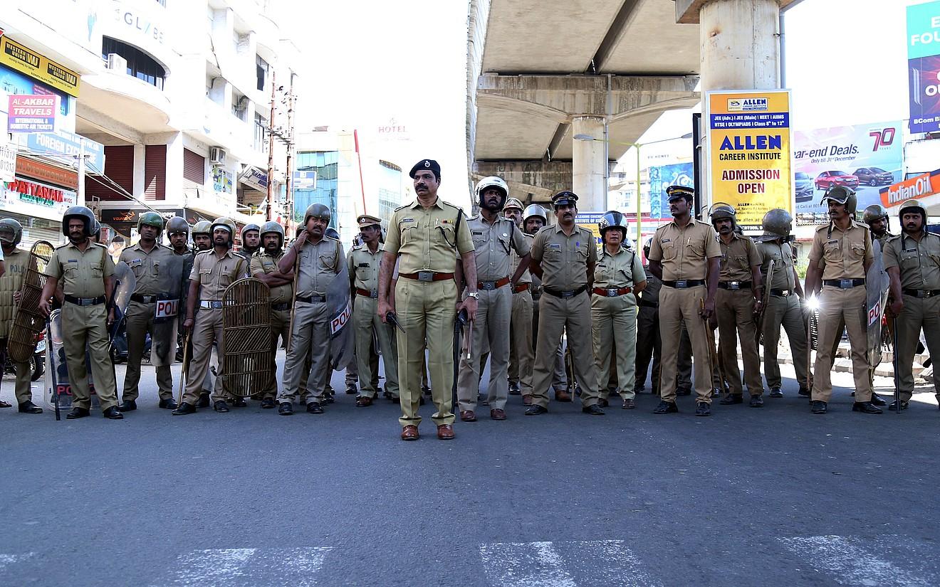 Indiako poliziak, atzo, protestalarien aurrean, Kochin, Keralako hiriburu ekonomikoan. ©PRAKASH ELAMAKKARA / EFE