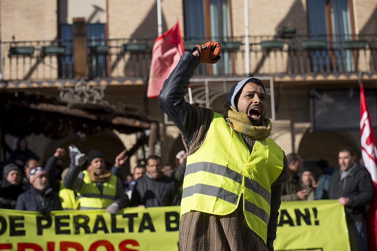 Huerta de Peralta lantegiko langileek manifestazioa egin zuten atzo, Azkoienen (Nafarroa). Ehunka lagunen babesa jaso zuten. ©IÑIGO URIZ / FOKU