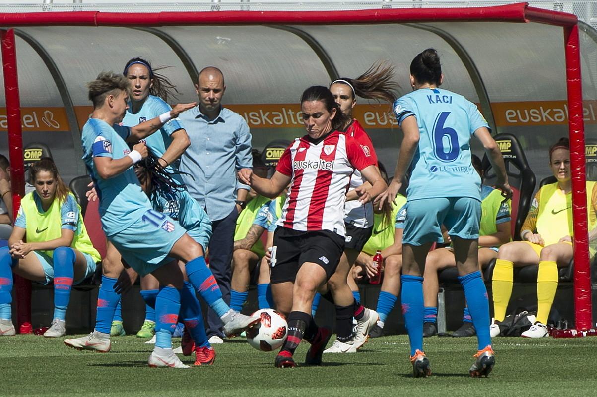 Marta Unzue, Atletico Madrileko jokalariz inguratua, lehen itzulian bi taldeek jokatutako partidan. ©MONIKA DEL VALLE / FOKU