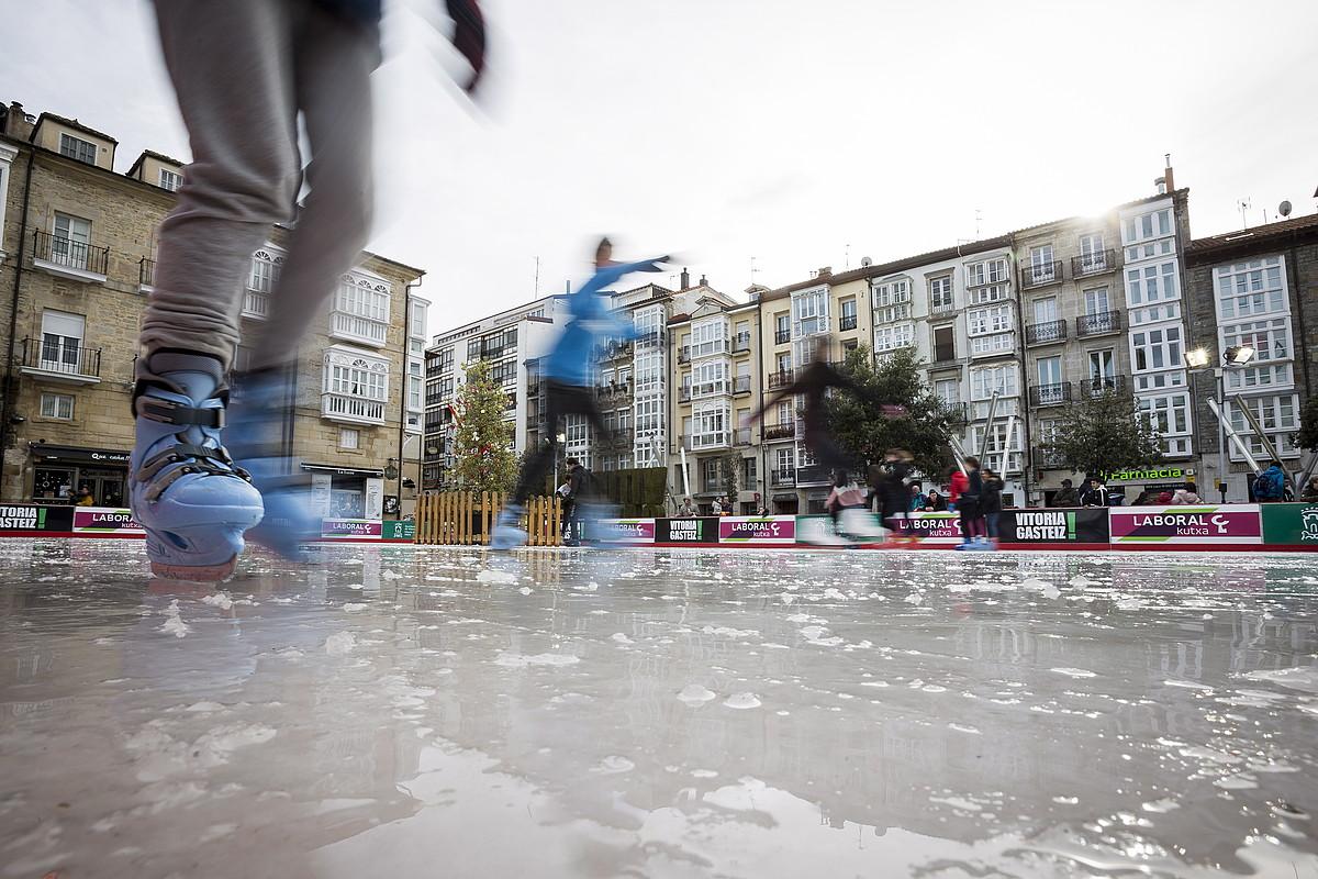 Hainbat gazte, Andre Maria Zuriaren plazako izotz pistan patinatzen. ©ENDIKA PORTILLO / FOKU