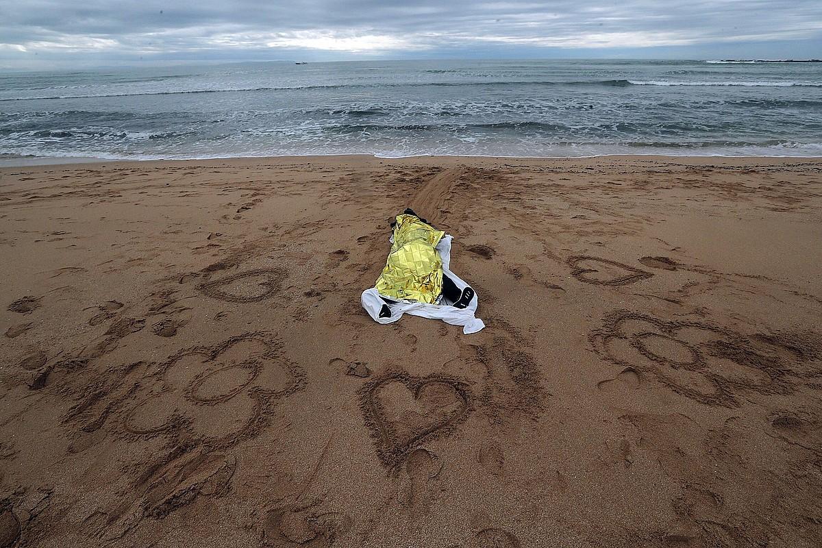 Afrikako iheslari baten gorpua, azaroaren 11n, Caños de Mecan, Cadizen (Espainia). ©ROMAN RIOS / EFE