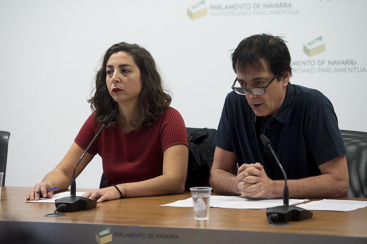 Laura Perez eta Carlos Couso, abenduaren 21ean, hiru parlamentariak kaleratzeko erabakiaren berri ematen.
