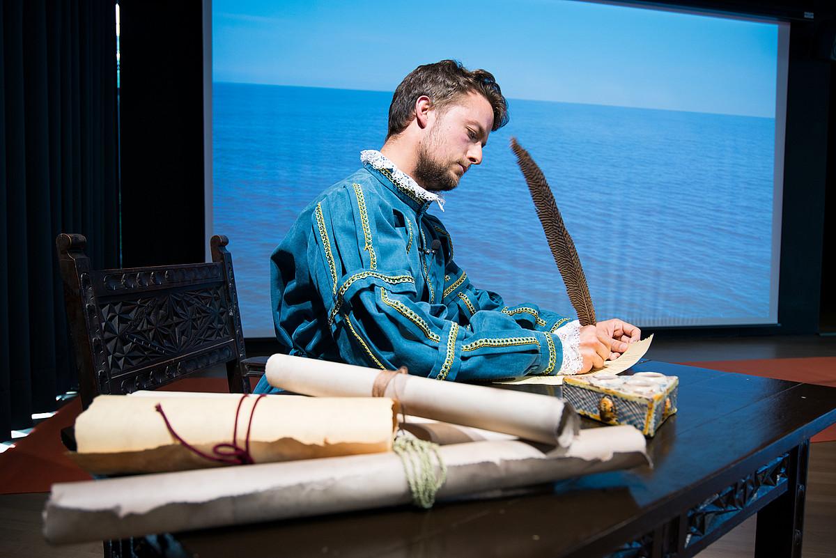El<b>kano. </b>Munduari lehen bira-Elkano 500 ekitaldian, horrela antzeztu zuten Elkano, Balentziaga museoan, 2016an. &copy;JON BERNARDEZ
