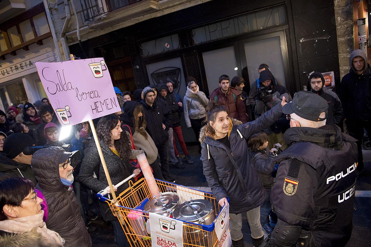 Espainiako Polizia, atzo, gaztetxeko kideei bidea ixten. Iluntzean pilotakadaz eta borraz oldartu ziren poliziak manifestarien aurka.