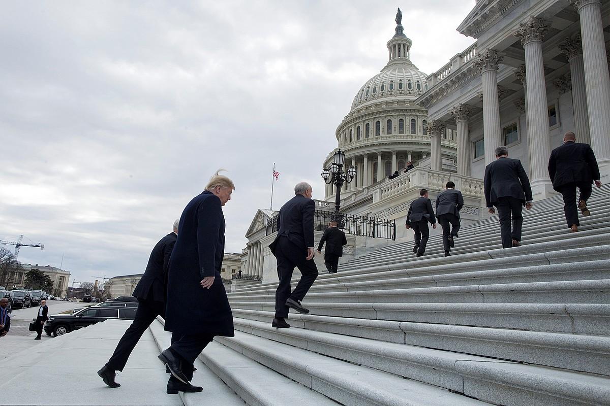 Donald Trump AEBetako presidentea, atzo, Kapitolioan, Washingtonen. Alderdi Demokratako ordezkariekin elkartu zen goizean.