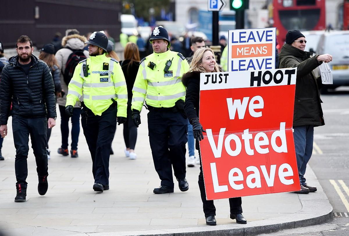 <em>Brexit</em>-aren aldeko manifestari bat, parlamentuaren kanpoan protestan, atzo, Londresen. &copy;FACUNDO ARRIZABALAGA / EFE