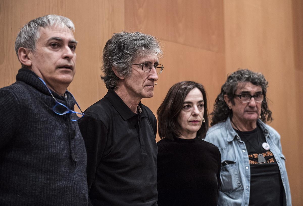 Jose Luis Canoren, Gladys del Estalen, Mikel Zabalzaren eta German Rodriguezen senide eta lagunak, atzo, Iruñean, lanaren aurkezpenean.